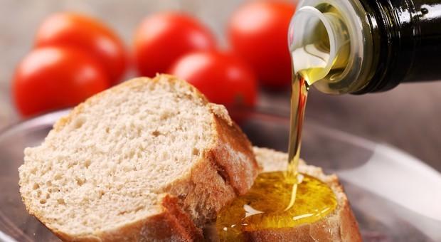Olio d'oliva tarocco, arresti e denunce: dai ristoranti ai panifici, così adulteravano i prodotti