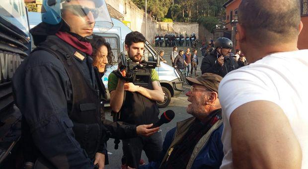 Sedie A Rotelle Roma : Trattati di roma il manifestante in sedia a rotelle fronteggia gli