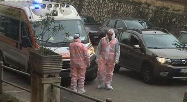 I sanitari del 118 durante l'intervento a Frosinone (foto tratta da Facebook)