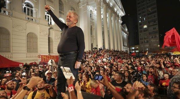Brasile, Lula è libero: il giudice accetta la richiesta di scarcerazione presentata dalla difesa