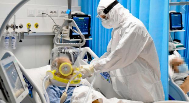 Covid Brasile, mancano i farmaci: pazienti intubati da svegli. L'infermiera: «Ci implorano di non farli morire»