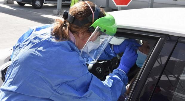 Test, tamponi e metal detector il nuovo check-in in pandemia