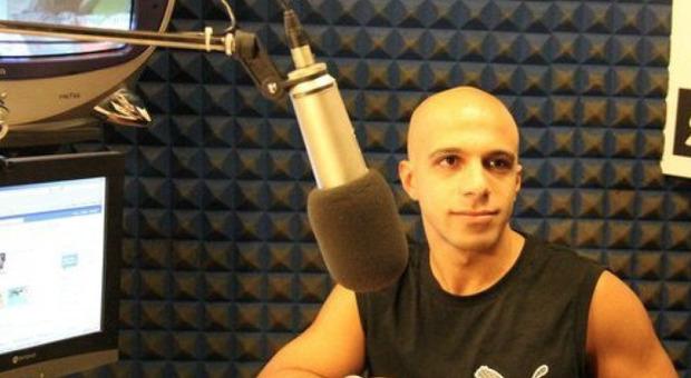 Morto il rapper Toki a Bari: trovato sul letto con addosso abiti femminili, una macchia di sangue sul pavimento. Il video della sua hit
