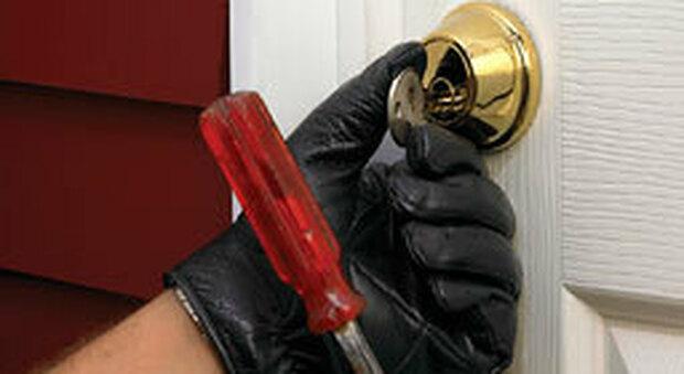 I ladri in azione mentre provano a cambiare la serratura