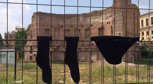 Degrado capitale: mutande e calzini stesi davanti alla Domus Aurea