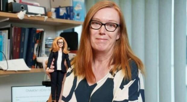 AstraZeneca, la fondatrice Sarah Gilbert diventa una Barbie: «Così ispira le ragazze a lavorare nella scienza»