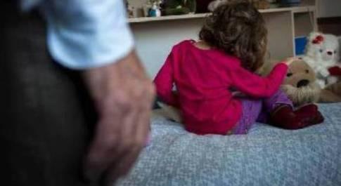 Bimba di 3 anni ha dolori al pancino, la mamma scopre dai disegni che il papà l'ha violentata