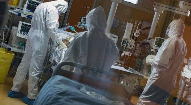 Coronavirus, medici curano malati in terapia intensiva dell'ospedale Covid 3