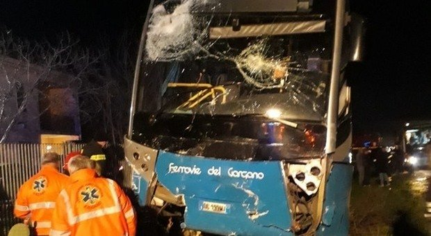 Bus travolge un'auto e la schiaccia su un cancello: due morti