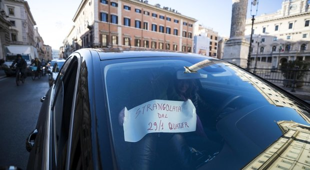 Protesta Ncc contro il Governo, tensioni a Roma. Accerchiato un vigile