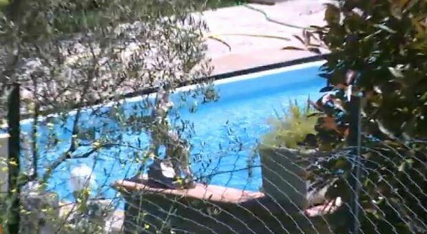 E' morto per annegamento il bimbo di 2 anni caduto in piscina