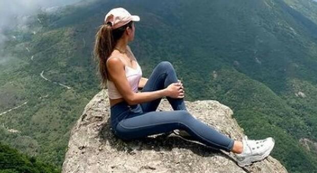 Influncer scatta un selfie sulla cascata ma scivola e muore: aveva 32 anni