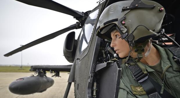 Pamela, unica a pilotare l elicottero Mangusta: «Io, top gun e mamma combatto senza paura»