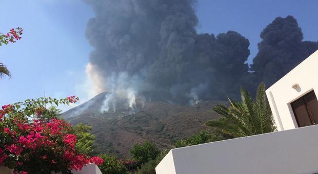 Stromboli, eruzione a mezzogiorno: nessun ferito ma grande spavento, turisti rifugiati in chiesa