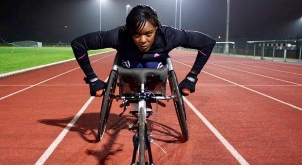 Atleta paralimpica sulla sedia a rotelle viene dimenticata in aereo: «Negligenza verso i disabili»