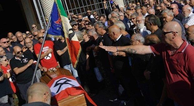 Stefano Delle Chiaie, i funerali a Roma tra nostalgici e saluti romani