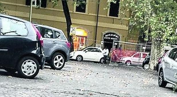Roma, a Trastevere il parcheggiatore abusivo ricatta gli automobilisti davanti ai vigili