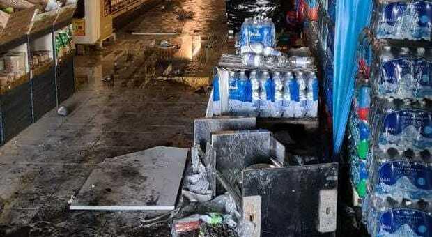 Pomezia, ladri con fiamma ossidrica: incendio all Eurospin, negozio chiuso
