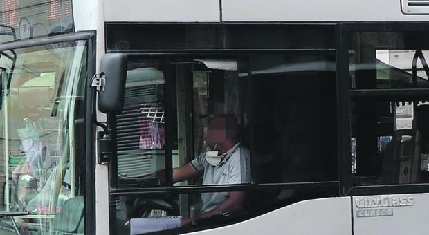Roma, autista chiede di indossare la mascherina ma viene preso a pugni. Caccia all'aggressore in fuga