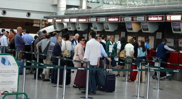 Covid, l'infettivologo Vella: «Il virus potrebbe tornare con i voli internazionali»