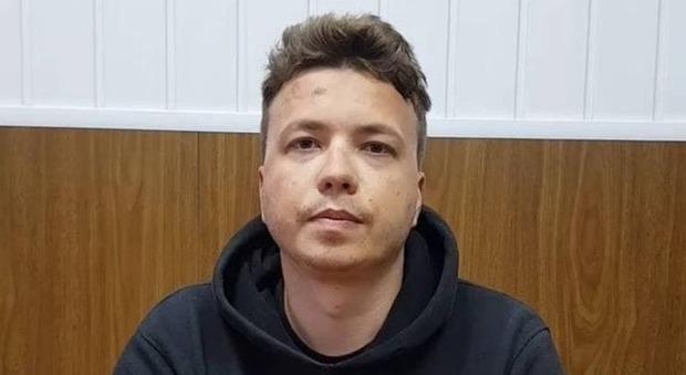 Bielorussia, spunta il video del giornalista d'opposizione Protasevich arrestato: «Sto bene», ma il volto è segnato