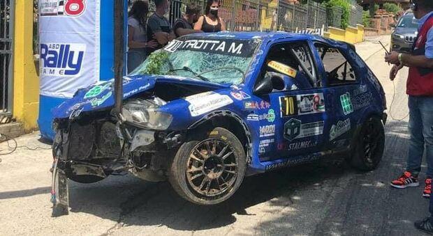 Auto si ribalta al rally, paura per il pilota e il navigatore di Pontecorvo Il video dello schianto