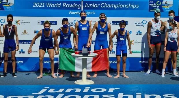 Gli azzurri del 4 con , medaglia d'oro, sul podio (foto ph Canottaggio.org)