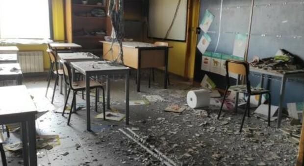I danni causati dai vandali incendiari nella scuola elementare di Villalba di Guidonia