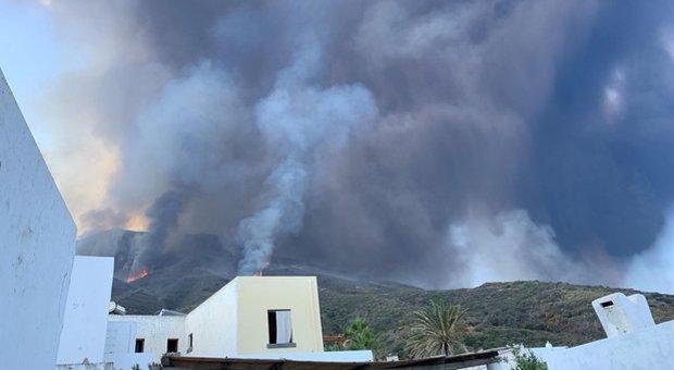 Stromboli eruzione, gli abitanti: «Turisti nel panico perché non c'è alcuna segnaletica»