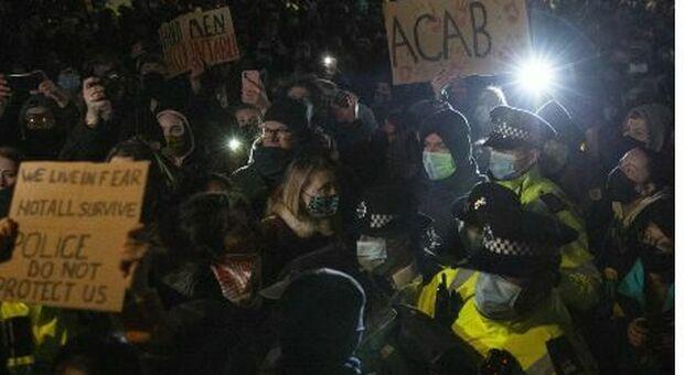 Sarah Everard «rapita e assassinata da un agente»: scontri con la polizia alla veglia. Kate Middleton al memoriale