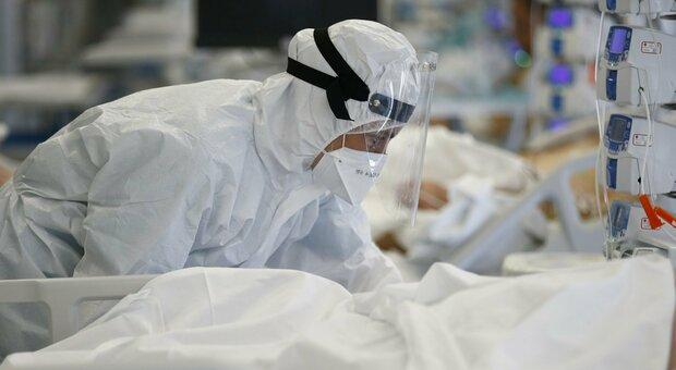 Covid, frenano i contagi ma aumentano i morti: +7,5% decessi rispetto a 7 giorni fa, il report Gimbe