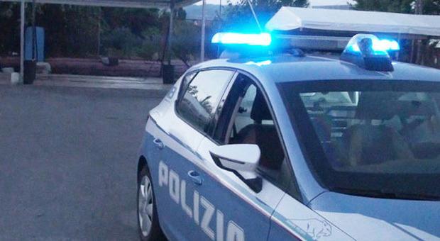 Non si ferma all'alt della polizia e investe l'agente che spara alle ruote della sua auto: fermato per tentato omicidio