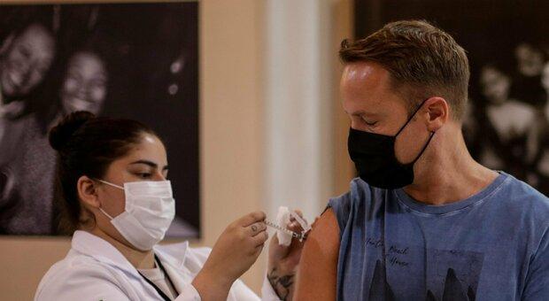 Vaccino, gli effetti della terza dose in una maxi-ricerca norvegese: 16.000 persone coinvolte
