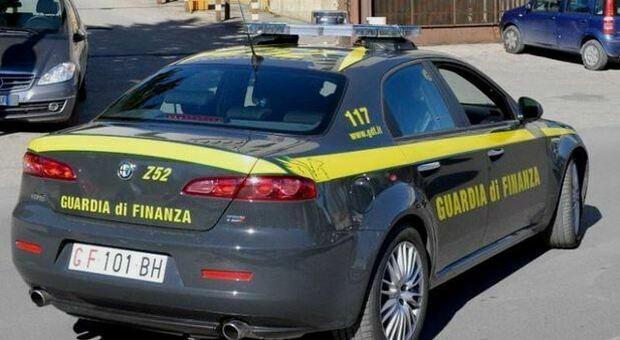 """Tenta di nascondere fuochi d'artificio: la Guardia di Finanza di Città di Castello sequestra più di 200 chili di """"botti"""" illegali"""