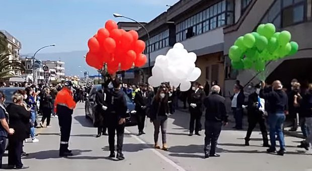 In centinaia a Saviano al funerale del sindaco: De Luca mette la città in quarantena