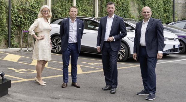 Al centro, da sinistra, il ceo di Enel X Francesco Venturini e quelli di Volkswagen Group Components Thomas Schmall