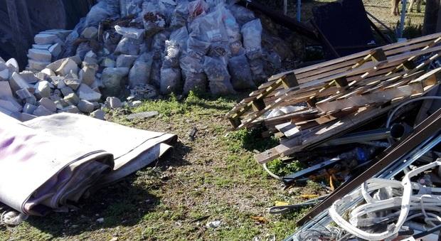 Si disfano dei rifiuti da lavori edili, denunciati dai carabinieri forestali: rischiano un anno di carcere