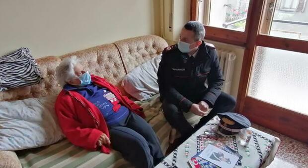 Nonna Vera vuole leggere qualche giornale e i Carabinieri di Porano glieli portano a casa