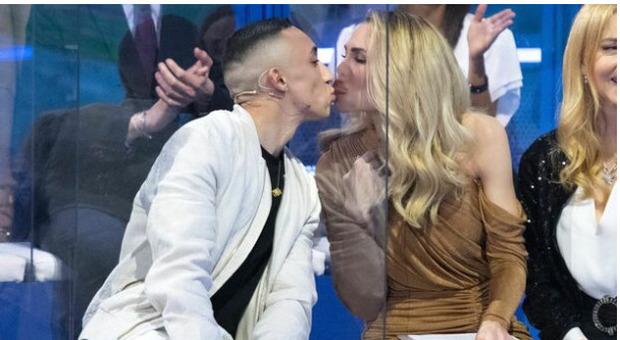 Ilary Blasi bacia Jeda, poi lo invita fuori: «Facciamo un aperitivo io e te senza Totti e Vera»