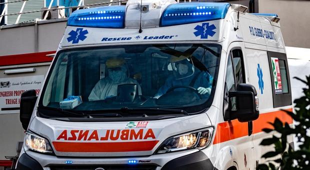 Foggia, donna uccisa in casa: ai piedi del letto il marito gravemente ferito. Ipotesi omicidio-suicidio