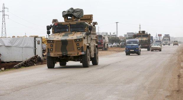 Siria, strage di soldati turchi. Erdogan: non bloccheremo più migranti diretti verso Ue
