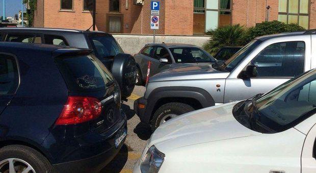 Le auto parcheggiate all'esterno della palazzina direzionale