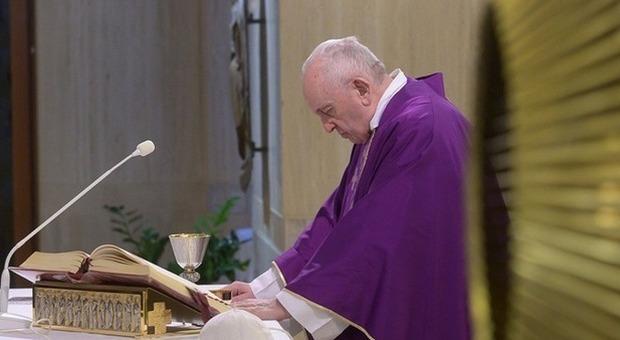 Papa Francesco scherza con i poliziotti: «Che pazienza che dovete avere a trattare con i preti»