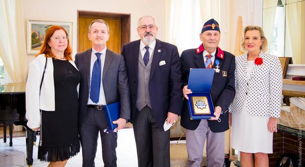 Cavaliere al merito di Polonia l'ispettore che dirigeva il posto di polizia al campo profughi