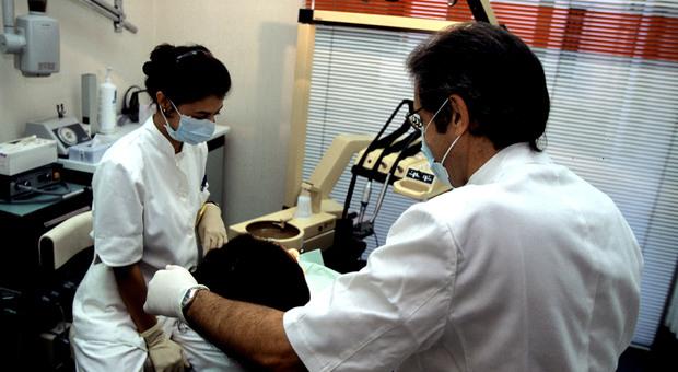 Dentisti, 15.000 pronti ad andare in pensione: è allarme ricambio
