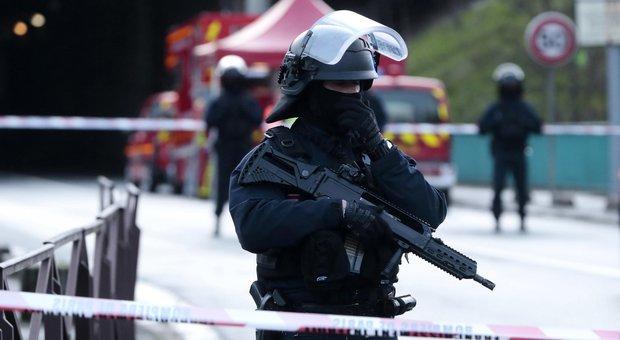 Parigi, accoltella passanti a caso: uno muore. Urlava «Allah Akbar», ucciso dalla polizia