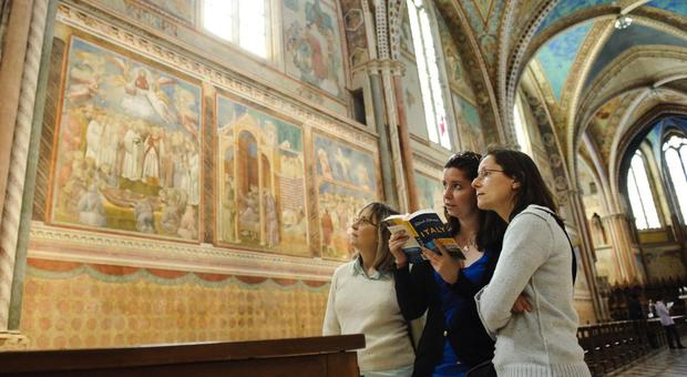 Turiste nella Basilica superiore di Assisi