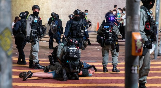 Hong Kong, caos e scontri: 180 arresti, polizia usa proiettili di gomma