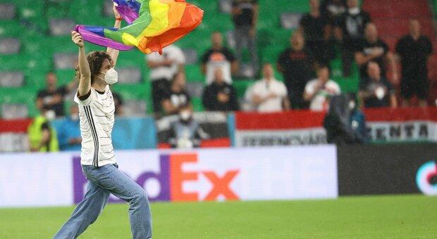 Germania-Ungheria, invasione di campo di un attivista Lgbt con la bandiera arcobaleno