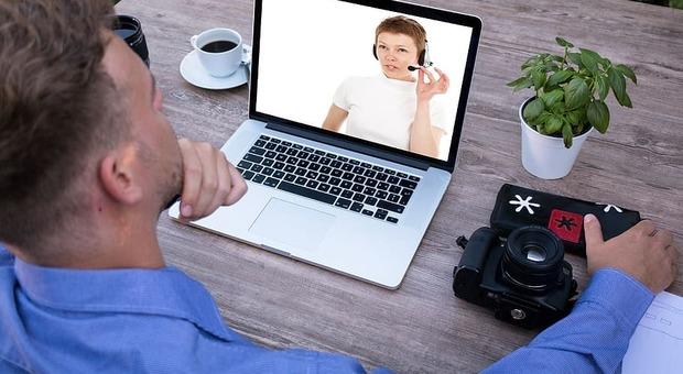 «Insultare un collega o un capo in videoconferenza non è reato»: la sentenza della Cassazione